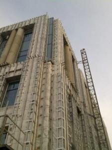 фасад с монтажным подъемником