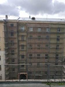 фасад затянут строительной сеткой
