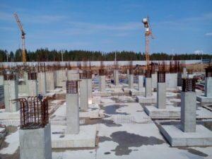 вертикальные колонны на стройплощадке